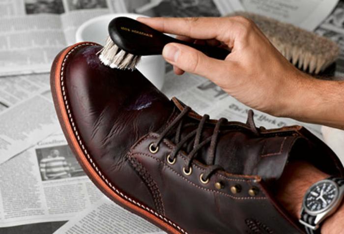Увлажнение кожаной обуви.