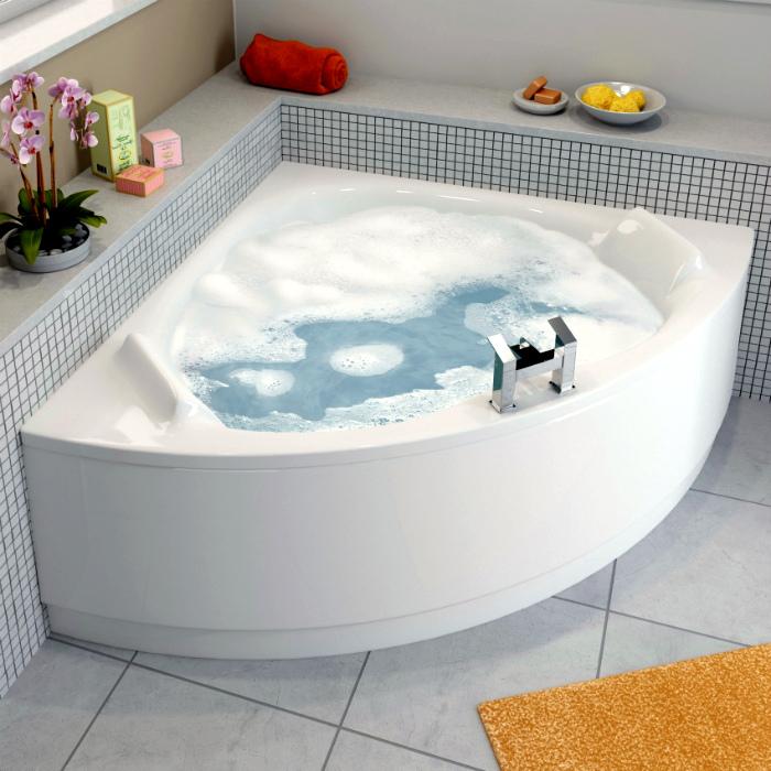 Маленькая угловая ванна.