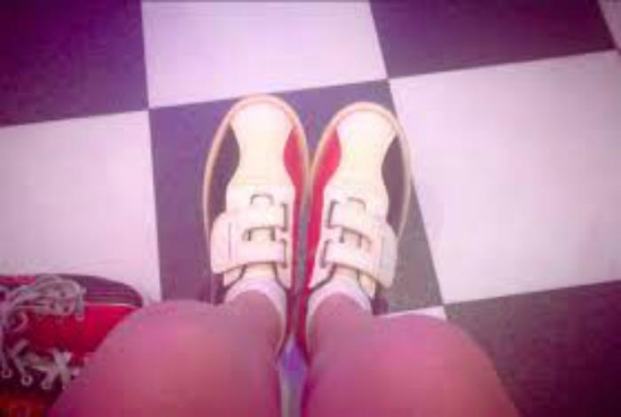 В боулинге, людям невысокого роста, часто выдают детскую обувь на липучках.