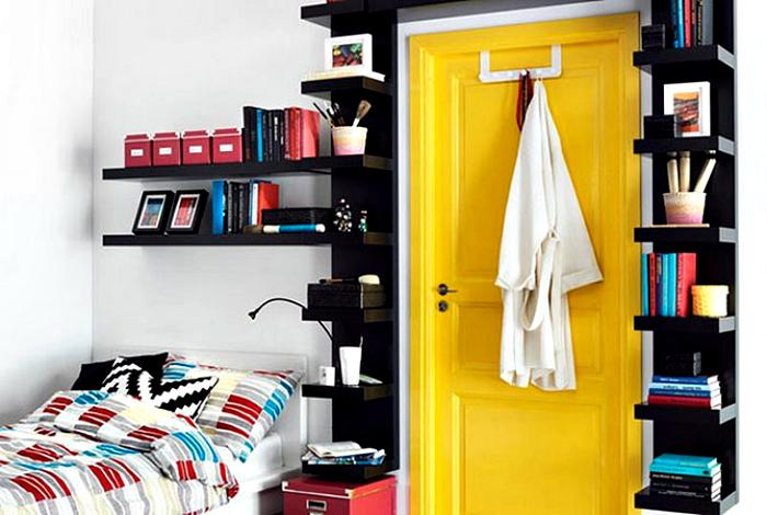 Книжные полки вокруг двери.