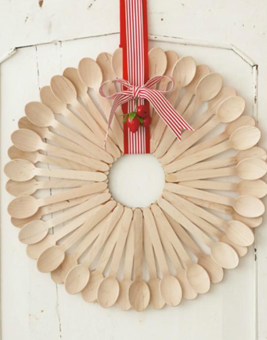 Стильный венок, который можно смастерить из самых обыкновенных деревянных ложек и ленты