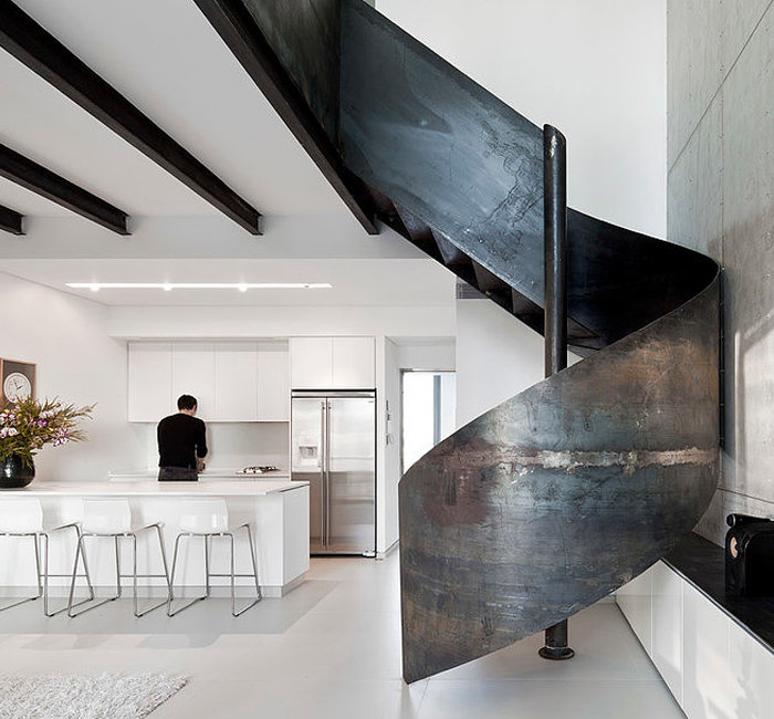 Винтовая лестница с перилами из листового металла.