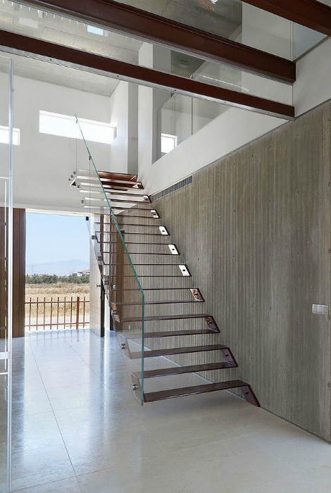 Металлическая лестница на больцах.