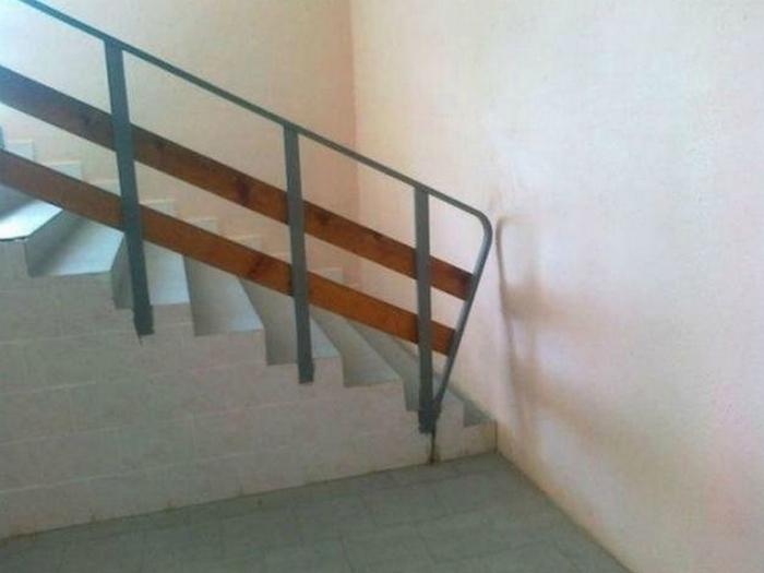 Лестница в никуда, которая символизируют всю бессмысленность человеческого бытия.