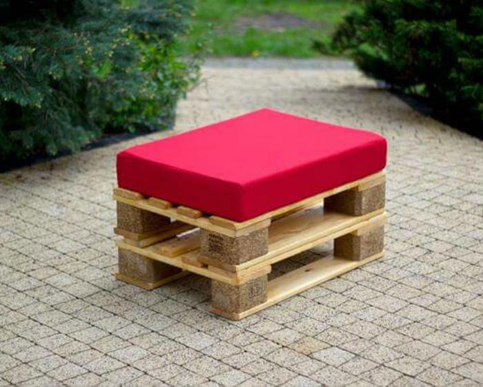 Низкий табурет с мягким сиденьем. | Фото: Pinterest.