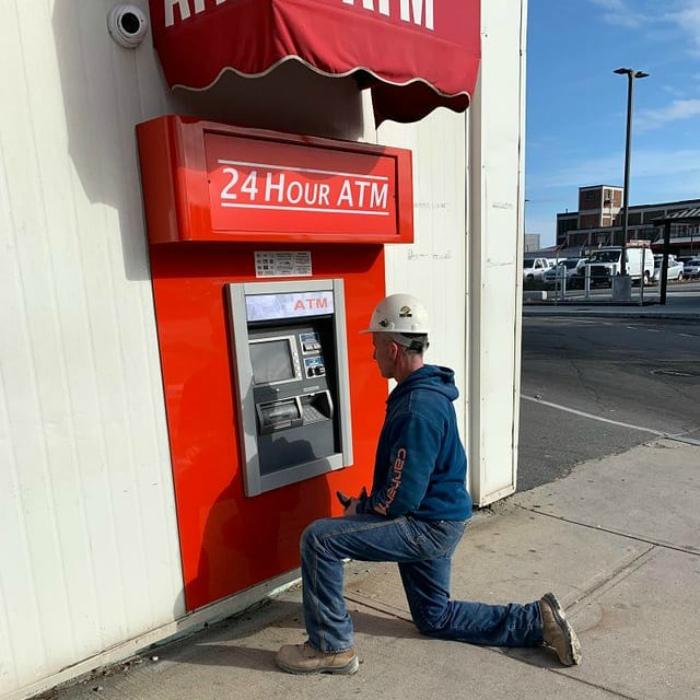Если и стоять на коленях, то только перед банкоматом! | Фото: Тролльно.