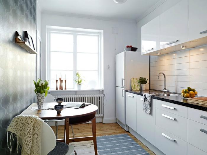 Простая кухня в белых тонах.