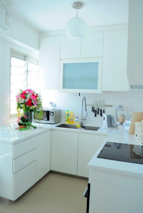 Крошечная белоснежная кухня.
