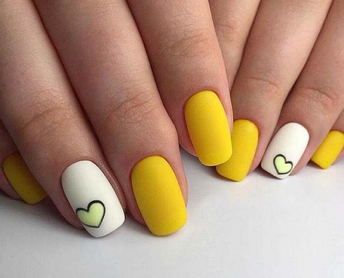 Теплый желтый оттенок на ногтях.