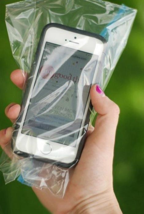 Телефон в пакете.