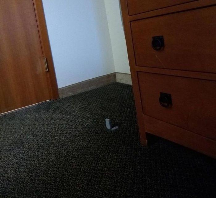 Перелом пальца на память о гостинице. | Фото: klikabol.com.