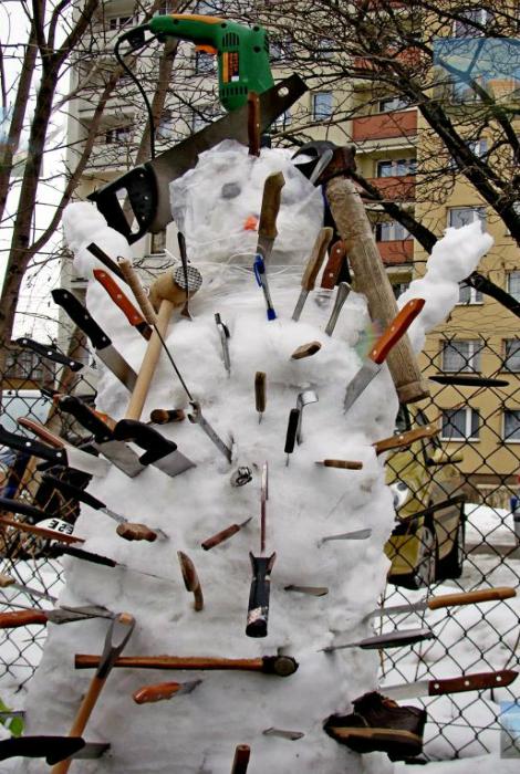 Жестокая расправа над снеговиком.