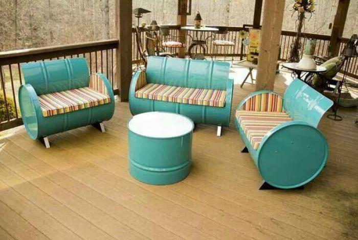 Садовая мебель из жестяных бочек.