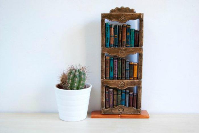 Оригинальная статуэтка в виде миниатюрного книжного шкафа.