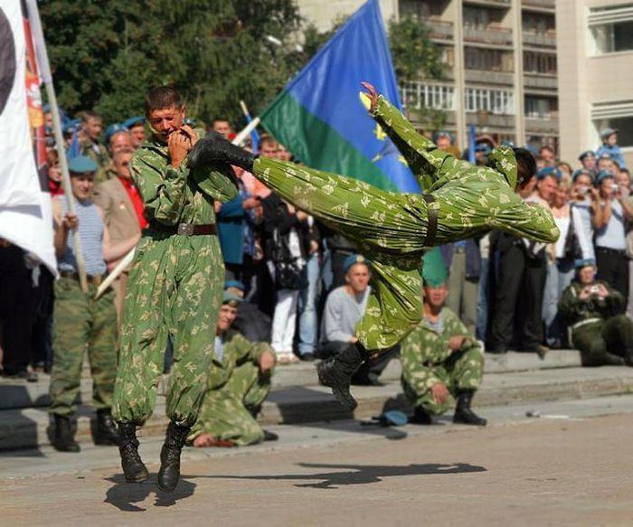 Novate.ru сообщает, этот боец не был готов к нападению. | Фото: Триникси.