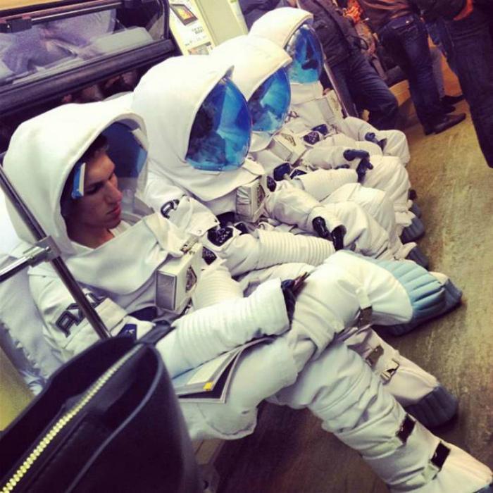 Космонавты ушли под землю.