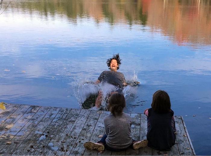 «Папа показал, что бывает, когда балуешься у реки!» | Фото: Курс валют.