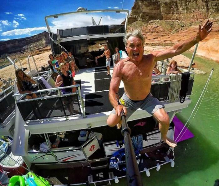 Прыжок с корабля с палкой для селфи.