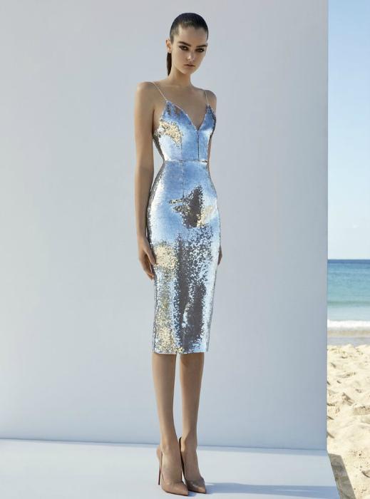 Открытое платье футляр серебристого цвета.