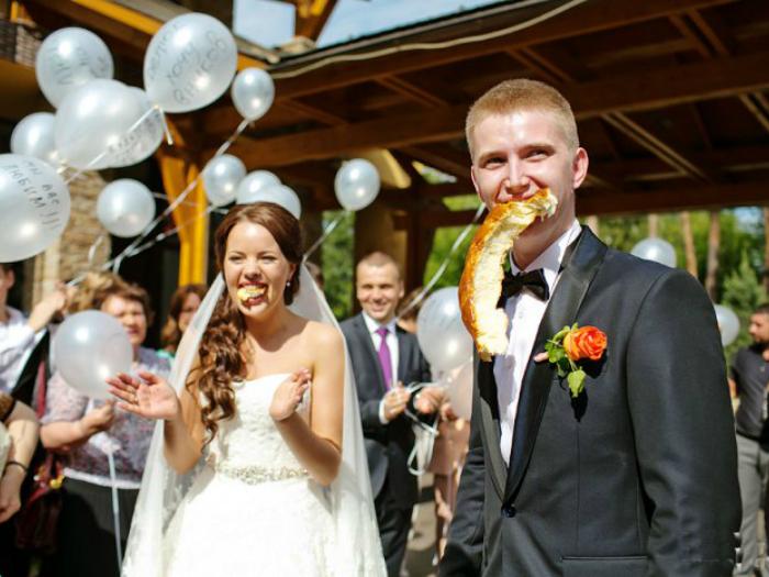 Молодые делят свадебный каравай.