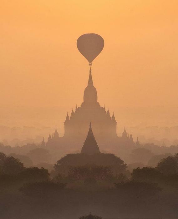 Воздушный шар над замком.