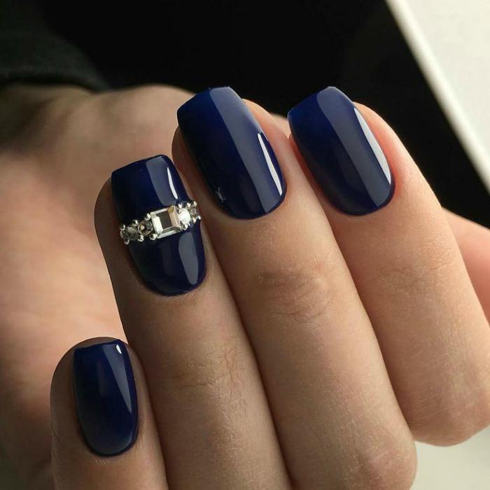 Маникюр в синем цвете с полоской страз. | Фото: Pinterest.