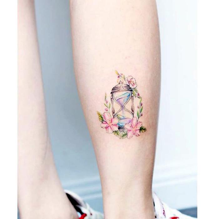 Цветная татуировка с изображением песочных часов.