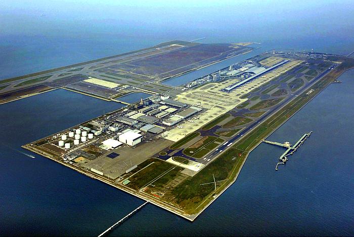 Аэропорт Кансай в Тихом океане.