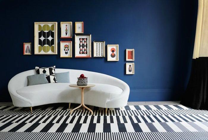 Гостиная с ультрамодными синими стенами.