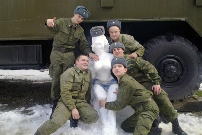 Снежная скульптура по Фрейду.