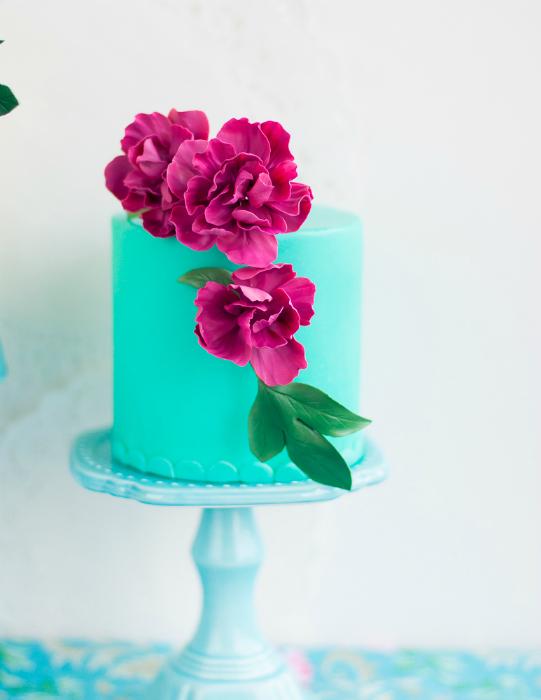 Бирюзовый торт с цветами.