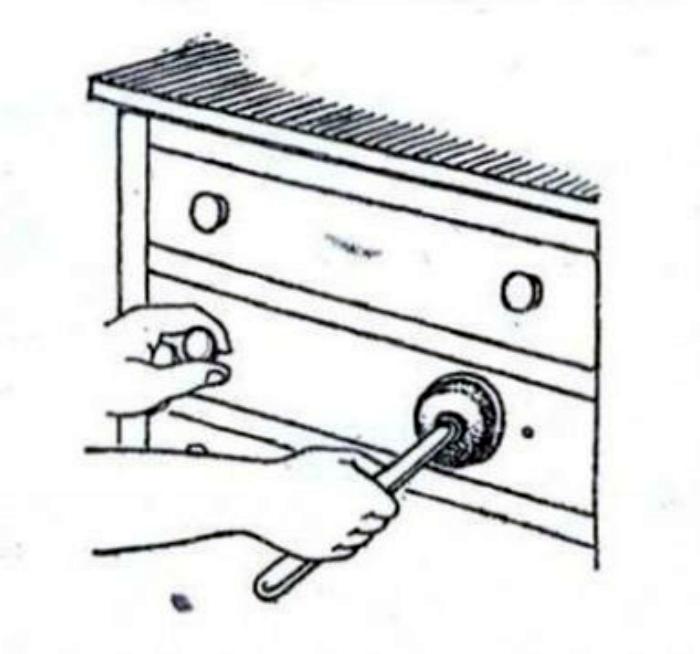 Отсутствующая мебельная ручка. | Фото: droidboom.ru.