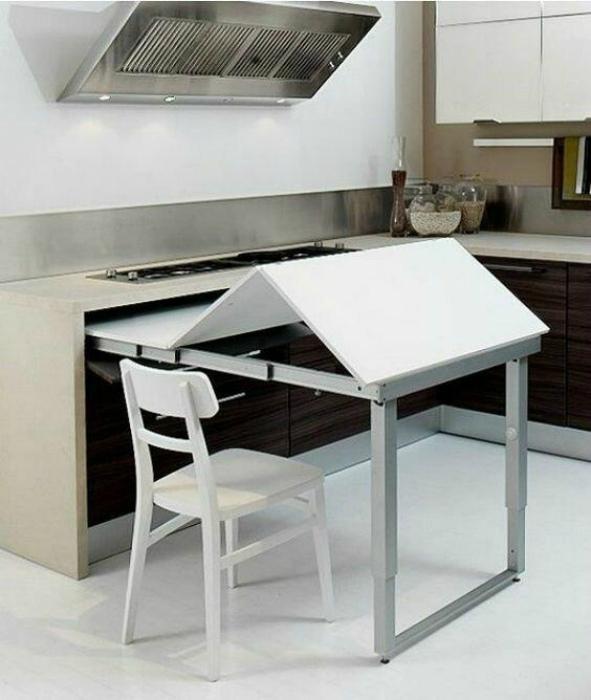 Выдвижной стол на кухне. | Фото: Pinterest.