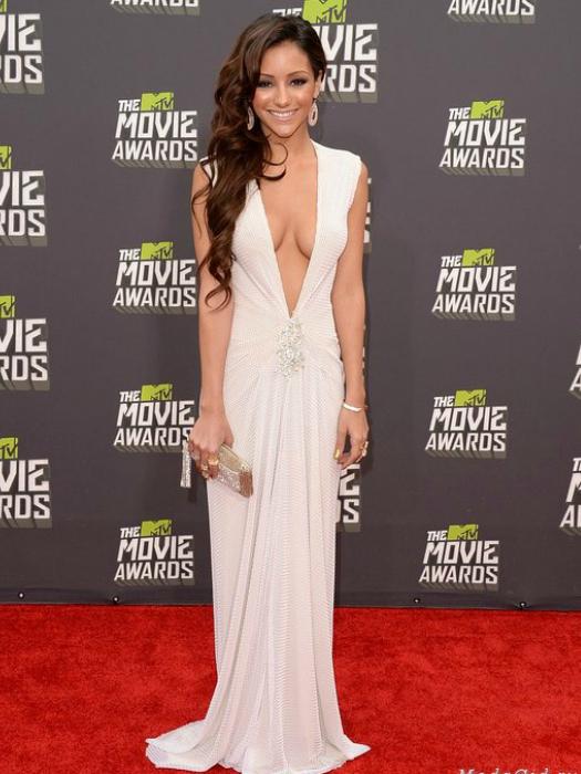 Мелани Иглесиас в белом платье с большим декольте.