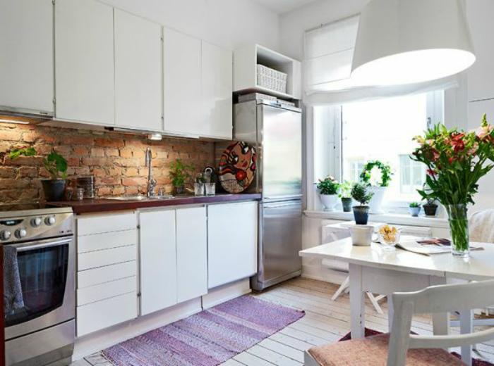 Кирпичная кладка в интерьере кухни.