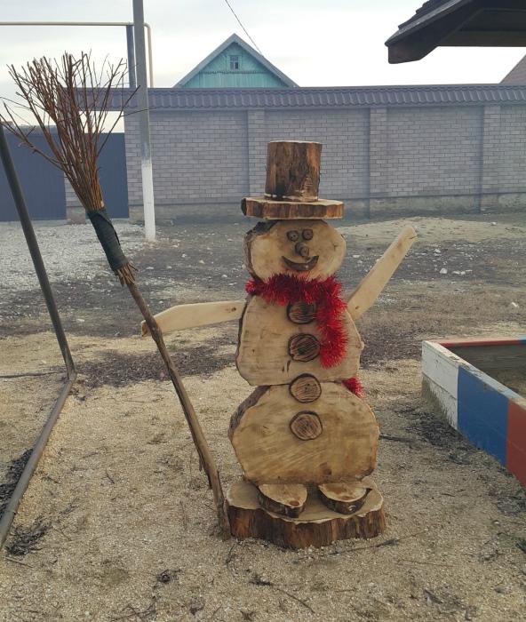 Снеговик из подручных материалов.