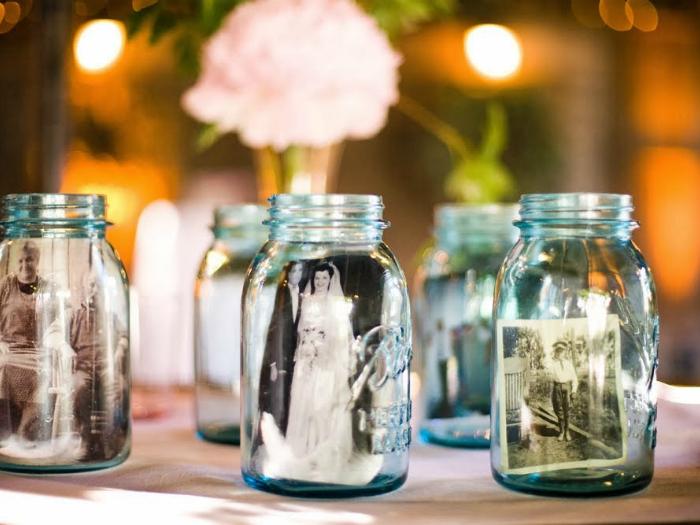 Фотографиями в стеклянных баночках можно украсить столы и полки.