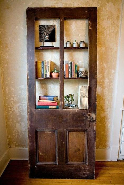 Книжный стеллаж из двери.