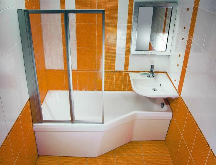 Раковина в изножье ванны.