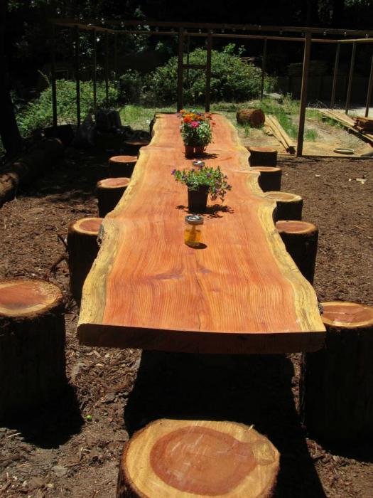 Большой стол и табуреты из пней.