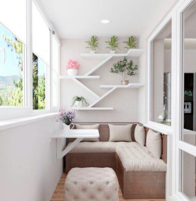 Мягкий уголок на балконе. | Фото: prizmadesign.ru.