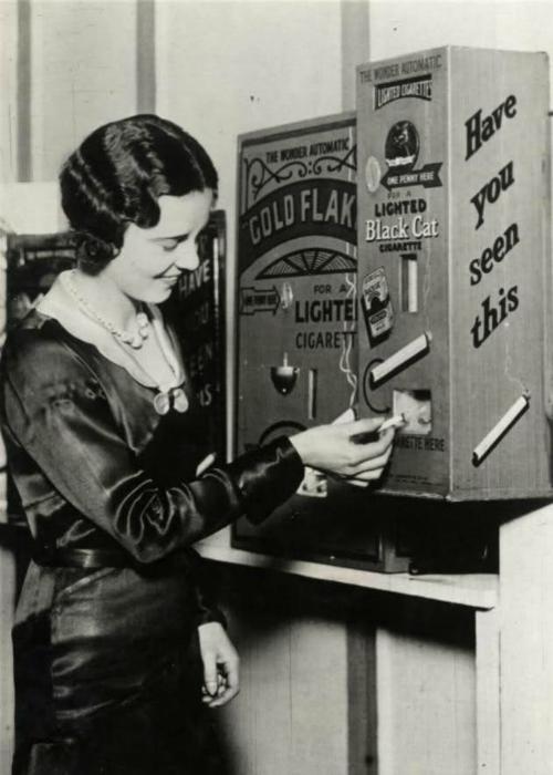 Автомат, торгующий сигаретами и дающий прикурить.