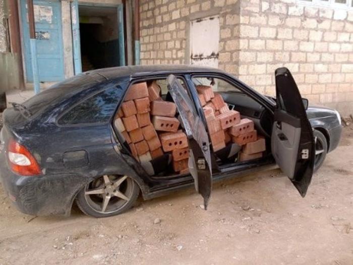 Novate.ru не рекомендует возить кирпичи таким образом. | Фото: Четыре колеса.