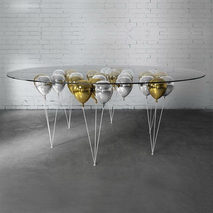 Большой стол со стеклянной столешницей. | Фото: Instagram Viewer Authgram.com.