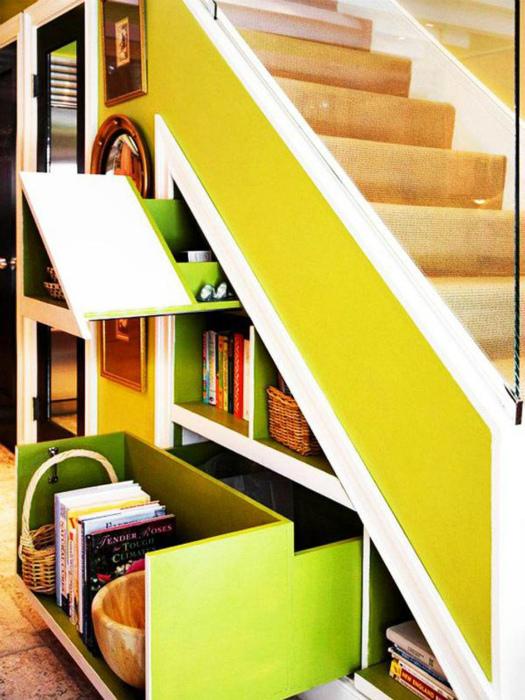 Выдвижные полки под лестницей.   Фото: Pinterest.