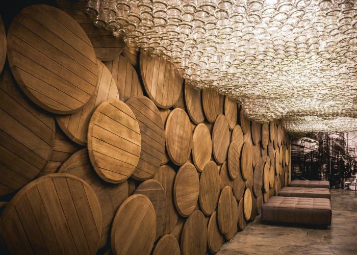 Объемный потолок, декорированный бутылками.