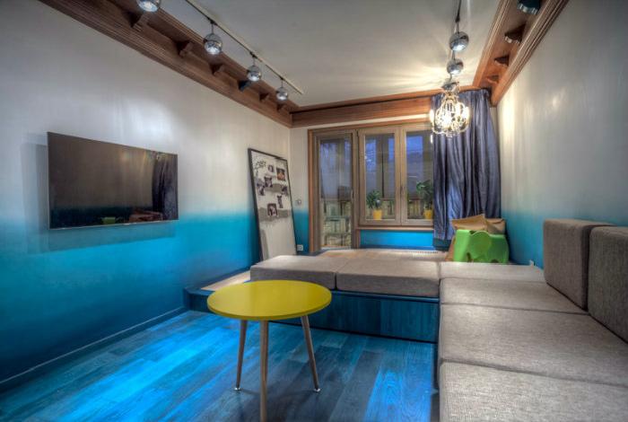 Экстраординарная гостиная с синим полом.