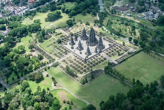 Взгляд сверху на храм Прамбанан, Индонезия. Неизвестный фотограф.