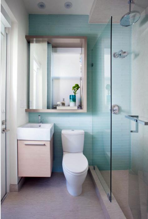 Светлый санузел с акцентной стеной голубого цвета.