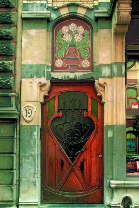 Деревянная дверь со стеклянными элементами в стиле арт-нуво (аrt nouveau).